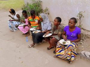 Bambine-membri-dell'associazione-delle-lavoratrici-domestiche-nella-pausa-pranzo-del-corso-di-formazione-sul-diritto-al-lavoro-organizzato-da-CVM